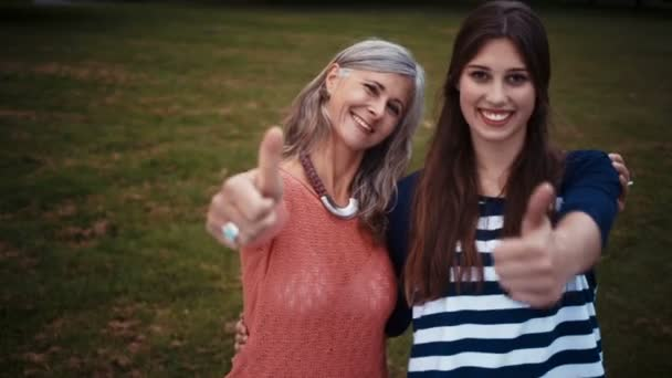 Nonna e nipote che mostra i pollici in su