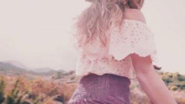 2be68fb869d4af Boho meisje waarop een landweg — Stockvideo
