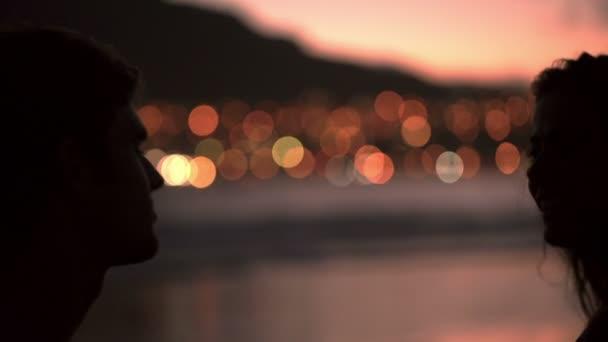 Sziluettjét szerető pár csók a strandon