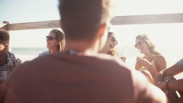Relaxační a pít pivo na pláži