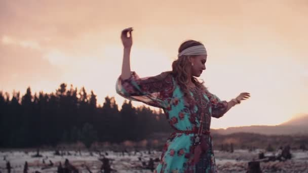 Boho lány spinning a naplemente