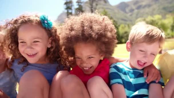 Přátelské děti spolu smát