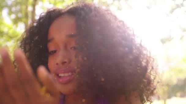 Lány fúj arany csillogó park