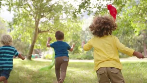 Děti v parku s barevnými nápisy