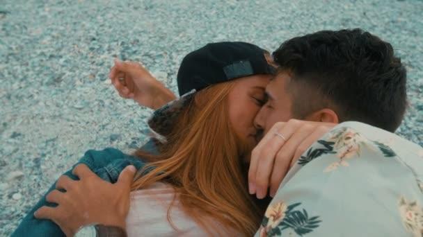 Csípő pár csók a strandon