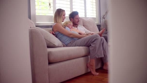Chlapec na gauči s rodiči