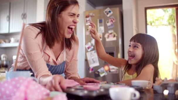 Anya és lánya szórakozik a konyhában