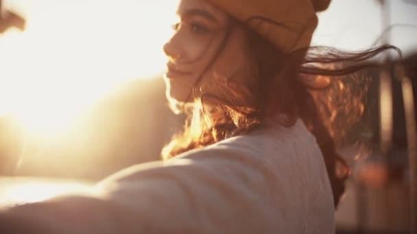 Dospívající dívka lelkuje v přístavu