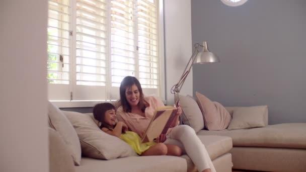 maminka a dcera čtení knihy