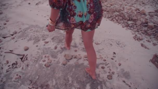 Nohy dívky chůze po písku