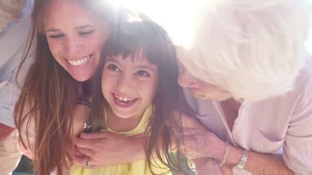 Holčička s její matka a prarodiče