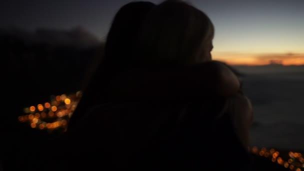 Silueta romantický pár objímání na hoře