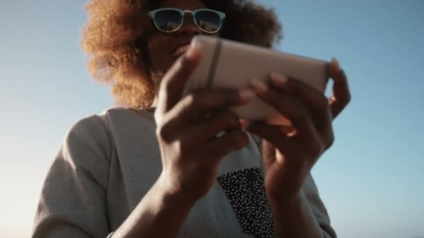 Dívka na pláži, pomocí telefonu