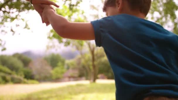 Anya és fia futás-ban mező