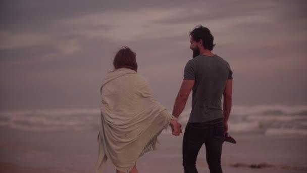 A parton sétáló pár