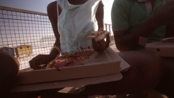 Africká americká dívka jíst pizzu