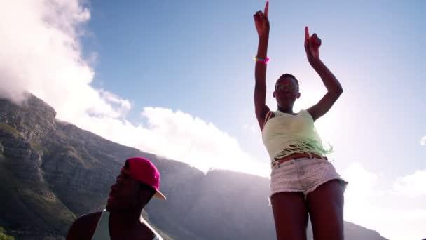 Bruslař dívka tančí radostně s přáteli