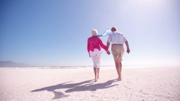 starší pár, procházky po pláži