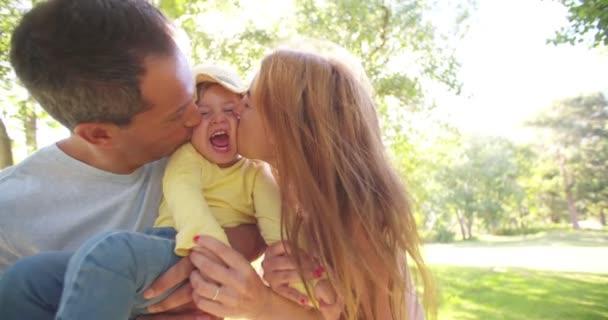 Kussen Voor Peuter : Ouders hun peuter meisje kussen u stockvideo wundervisuals
