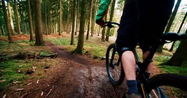 Mountain Biker začíná jít z kopce