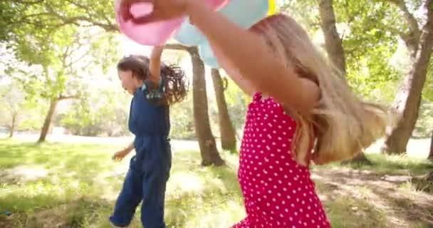 Děti dacing s bublinami v parku