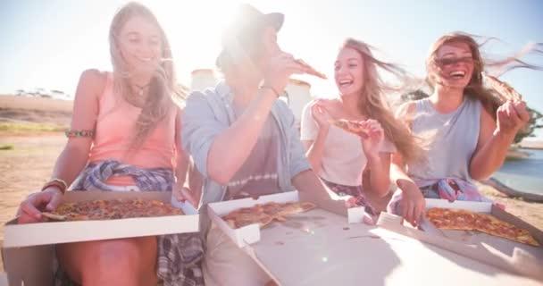 Přátelé smát a užívat si pizzu