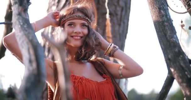 Boho dívka v domorodé módní tance