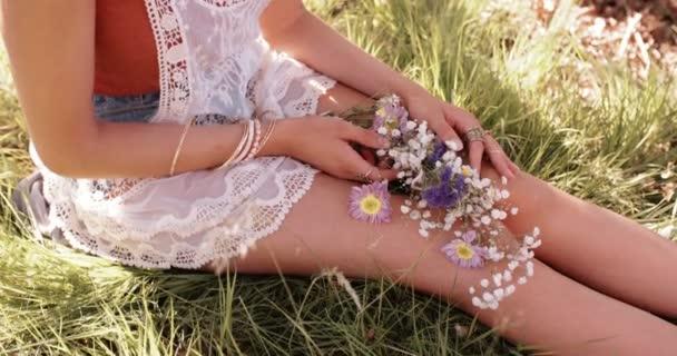 dívčí ruce hospodářství květiny