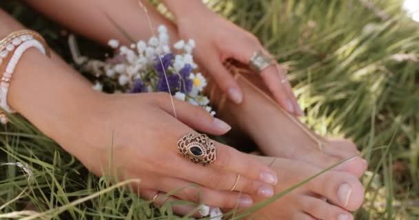 Dívka si nohy v trávě s čerstvými květinami