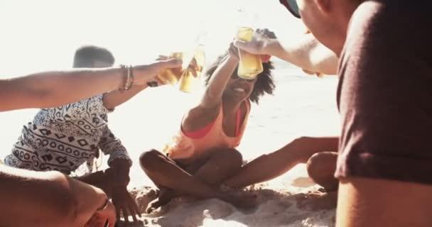 Gemischten rassischen Gruppe von Freunden sagen Prost mit Bier