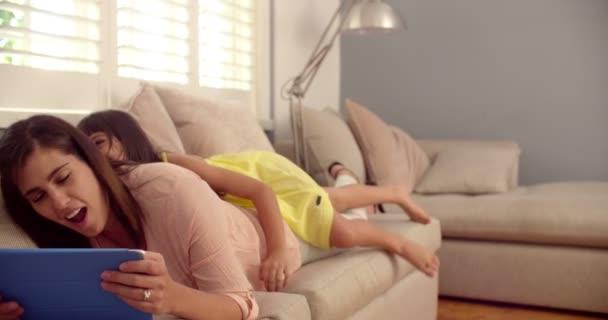 Dívka, překvapivé její máma, který používá digitální tablet