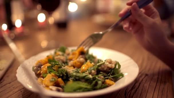 Zena talíř jídla na večerní párty