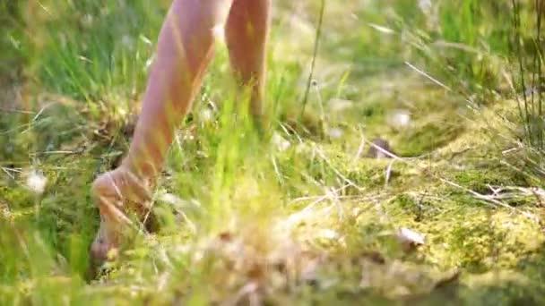 Dívka v bílých šatech, procházky v parku slunný letní
