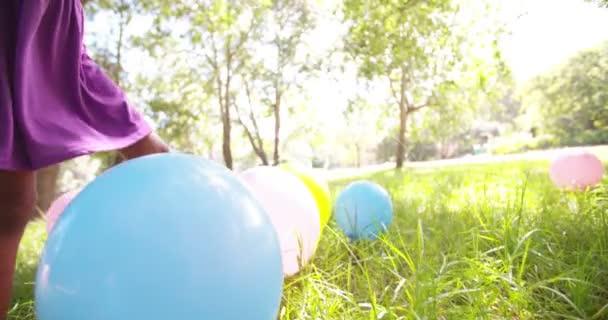 Afro dívka prochází balónky