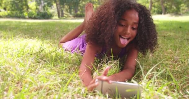 Afro dívka s úsměvem selfie v parku