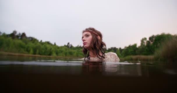 boho lány egy tó, egy csipke ruha