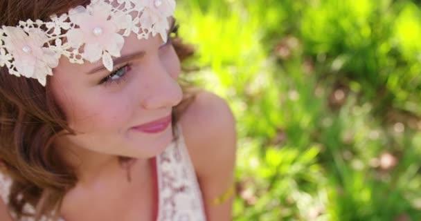 Dívka v bohémské módní smát v parku