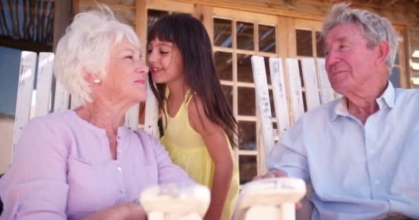 Malá holčička dává její babička polibek