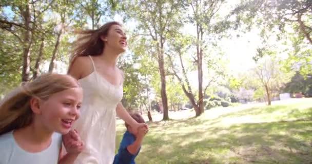 Maminka a děti v parku