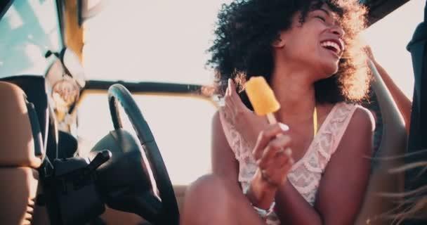 Afro dívka na pláži s přítelem jíst zmrzlinu