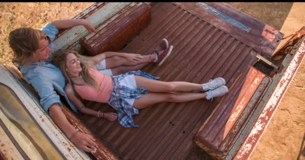 Teen pár sedící v ročníku truck