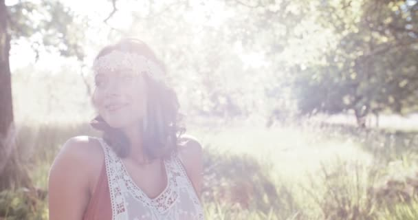 Hippie dívka sedící v bujné trávě