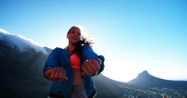 Dospívající dívka tančí v horách