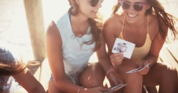 Holky na pláži hledá instantní fotografie jejich letní
