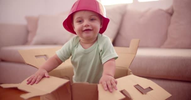 Nadšený dítě nosit plastovou misku jako klobouk