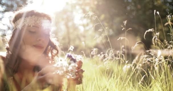 Usměvavá hippie dívka ležela v trávě