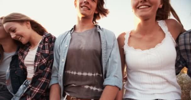 Gruppo di amici adolescenti che ride