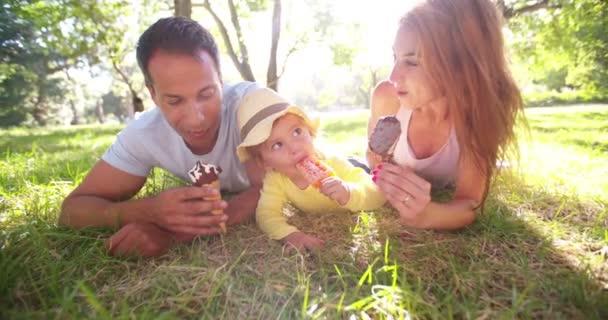 Mladá rodina šťastně jíst zmrzlinu