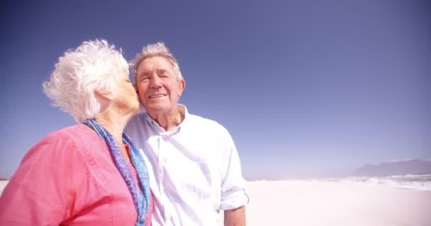 Seniory aktivní senioři objímání na pláži