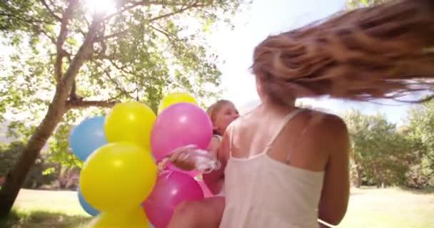 Dívka a matka s balónky